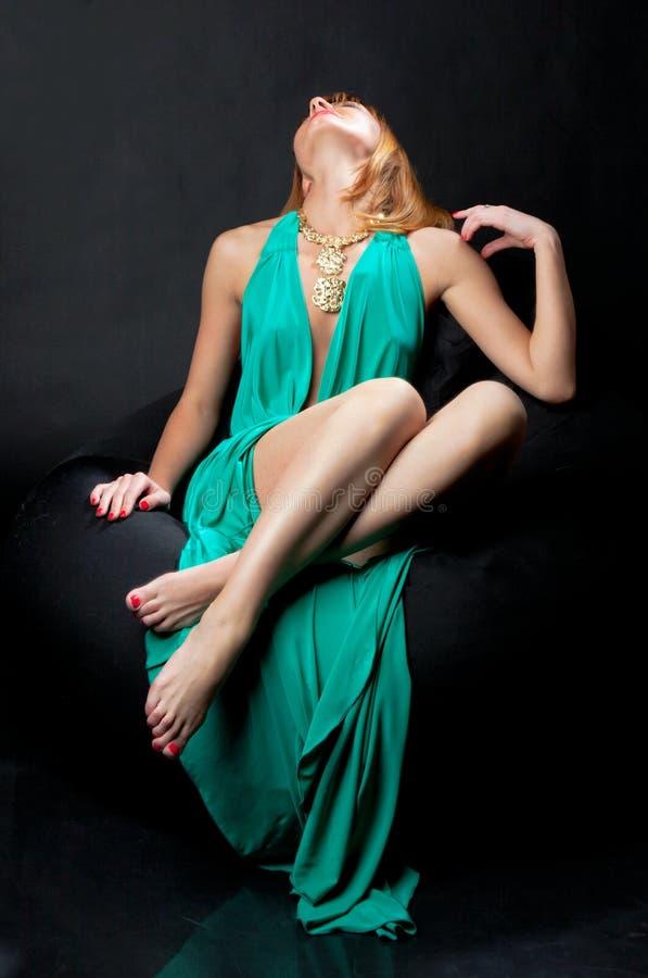 Mulher no vestido de noite fotografia de stock royalty free