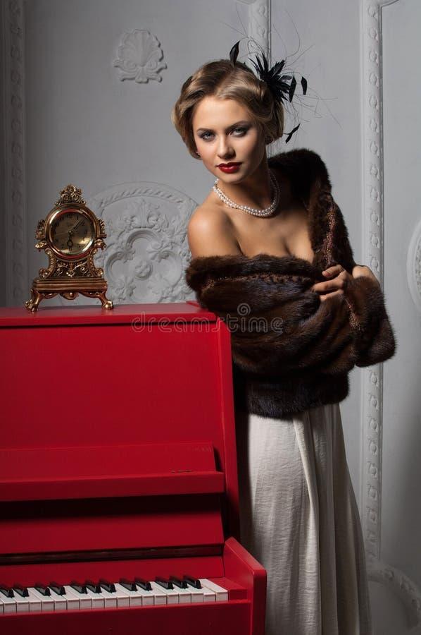 Mulher no vestido de noite imagem de stock