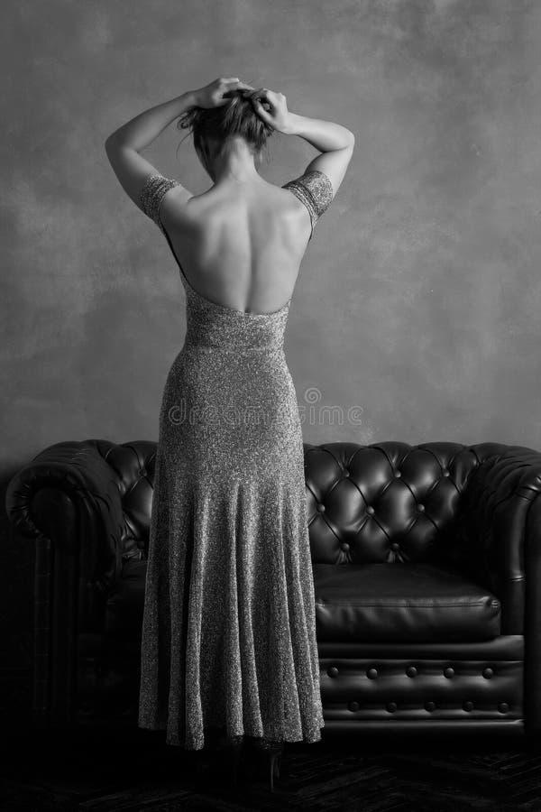 Mulher no vestido de noite com aberto para trás fotos de stock