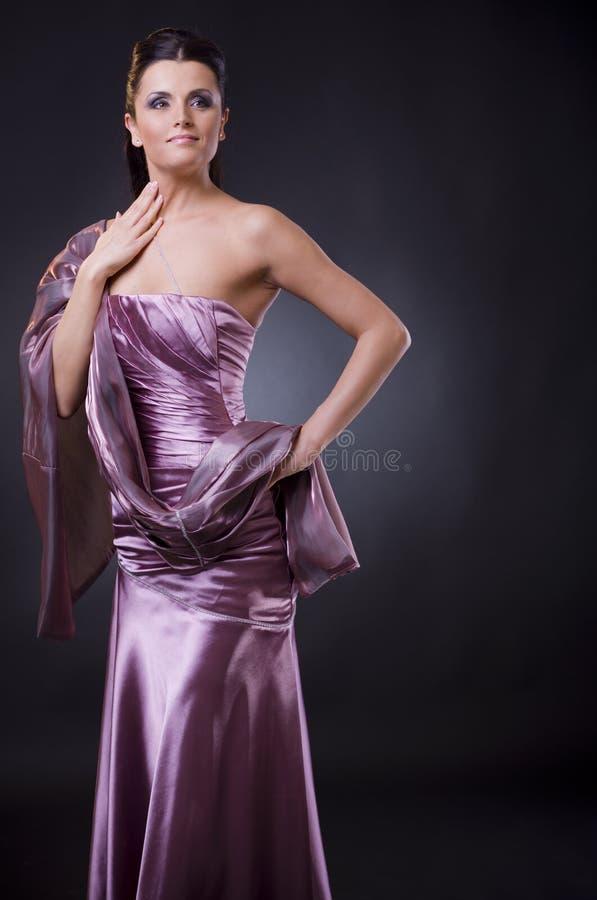 Mulher no vestido de noite com estola fotos de stock