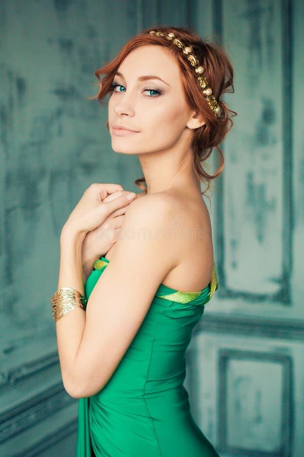 Mulher no vestido de noite verde no estúdio da forma fotos de stock