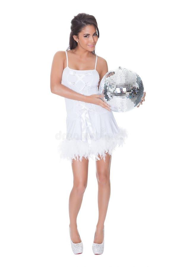 Mulher no vestido de partido que guardara a bola do disco foto de stock