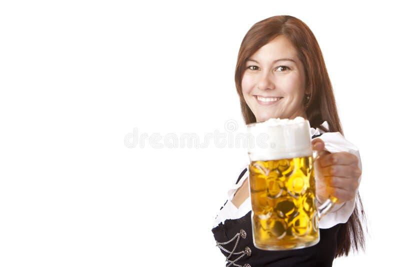A mulher no vestido do Dirndl prende o stein da cerveja de Oktoberfest imagem de stock royalty free