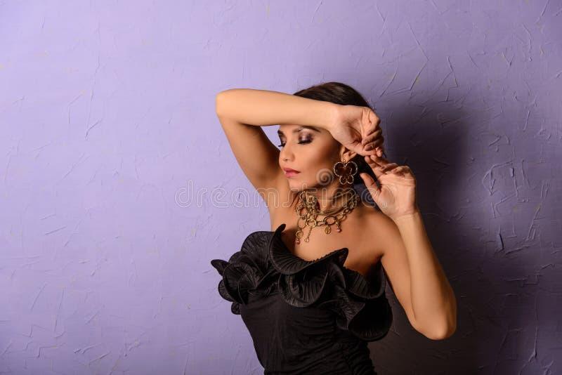 Mulher no vestido do dlack no fundo azul foto de stock royalty free