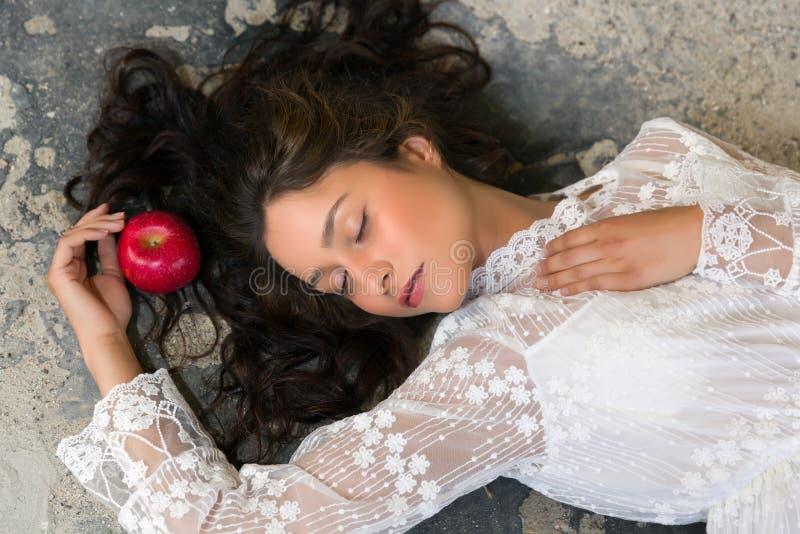 Mulher no vestido do laço com maçã foto de stock