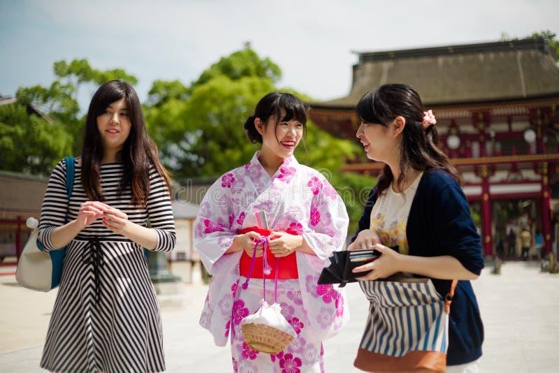 mulher no vestido do quimono no brilho fotos de stock royalty free