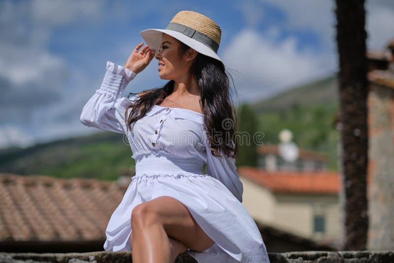 Mulher no vestido do verão que anda e que corre o sorriso alegre e alegre em Toscânia, Itália foto de stock