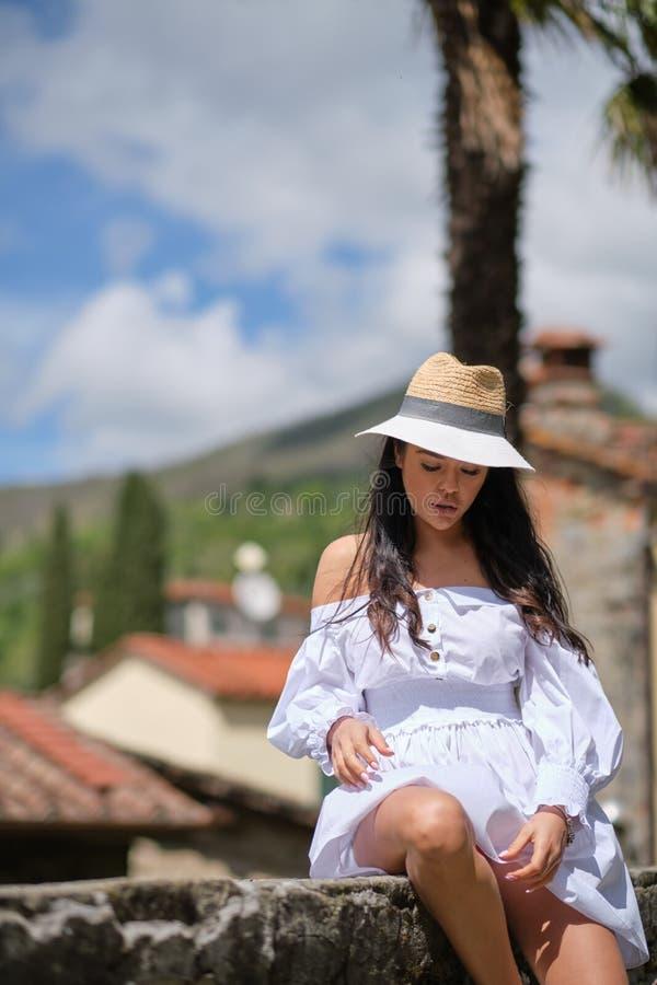 Mulher no vestido do verão que anda e que corre o sorriso alegre e alegre em Toscânia, Itália imagem de stock royalty free