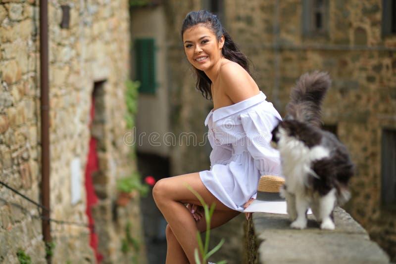 Mulher no vestido do verão que anda e que corre o sorriso alegre e alegre em Toscânia, Itália fotografia de stock royalty free