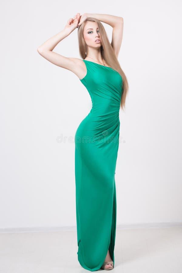 Mulher no vestido do verde da forma da beleza fotos de stock