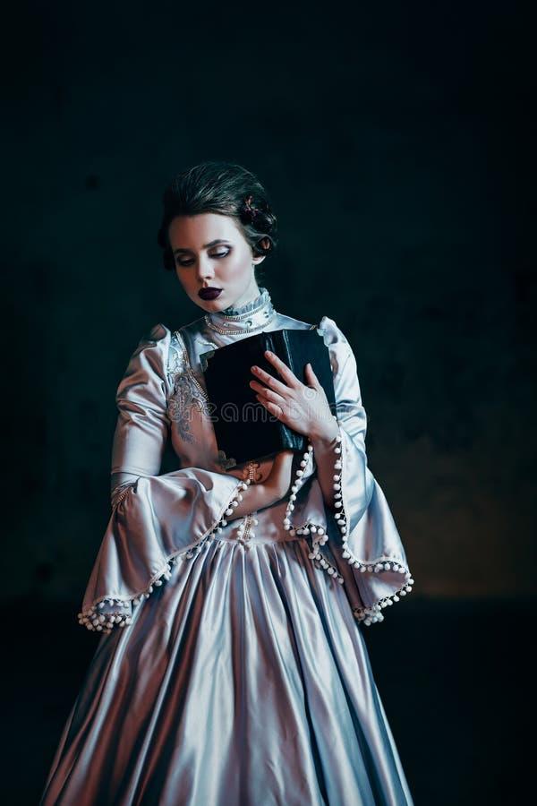 Mulher no vestido do Victorian fotografia de stock