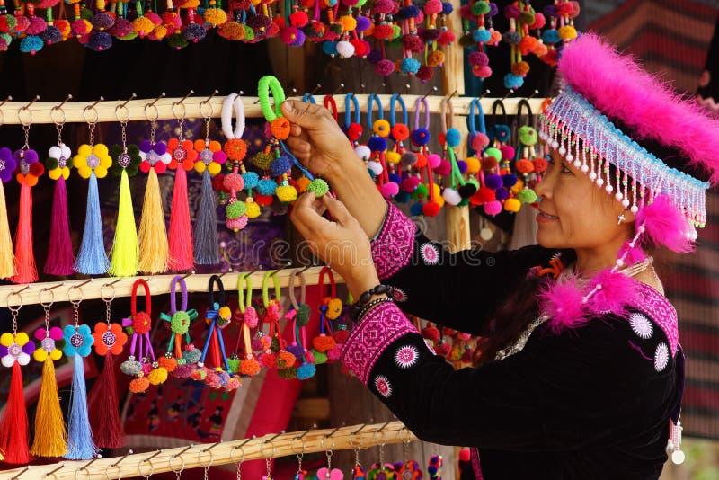 Mulher no vestido e no artesanato do tribo do monte imagens de stock