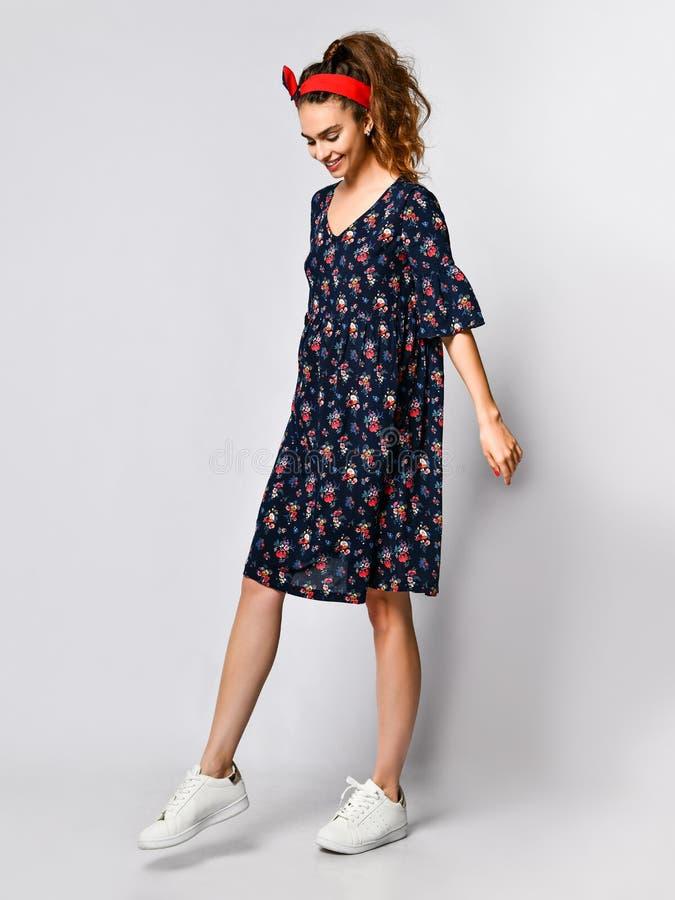 Mulher no vestido floral longo na loja da forma - retrato da menina em uma loja de roupa em um vestido maxi do ver?o fotografia de stock