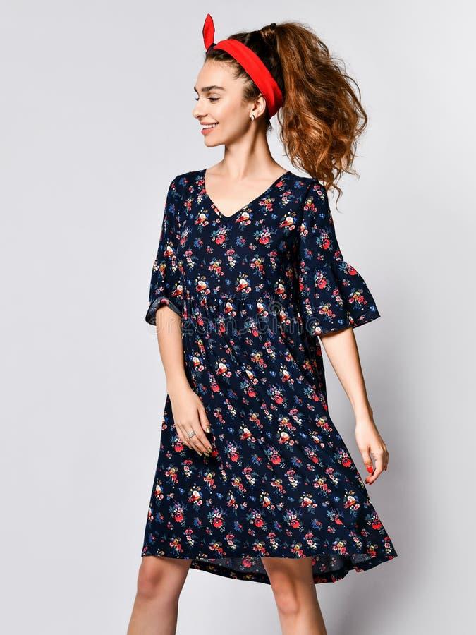 Mulher no vestido floral longo na loja da forma - retrato da menina em uma loja de roupa em um vestido maxi do ver?o fotografia de stock royalty free