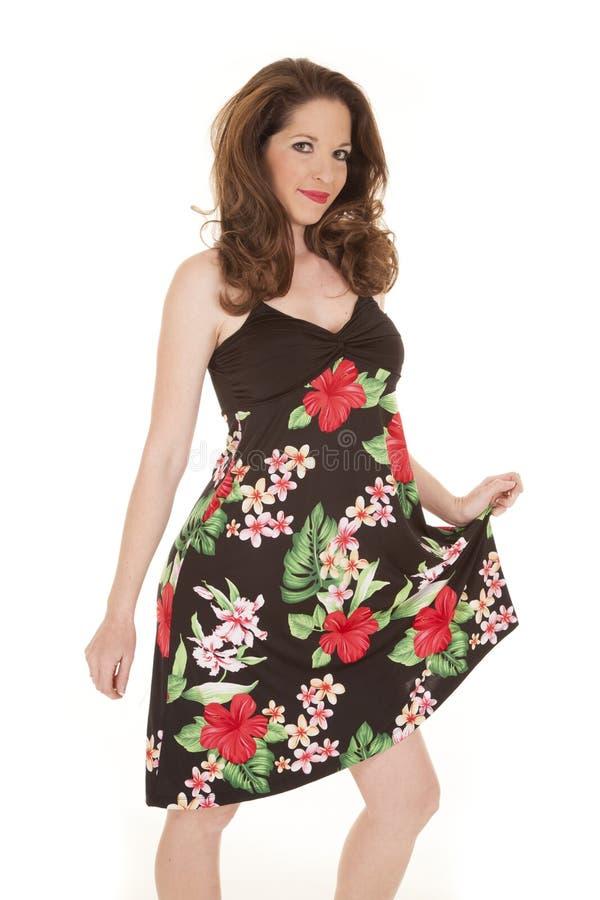A mulher no vestido florescido guardara para fora imagens de stock