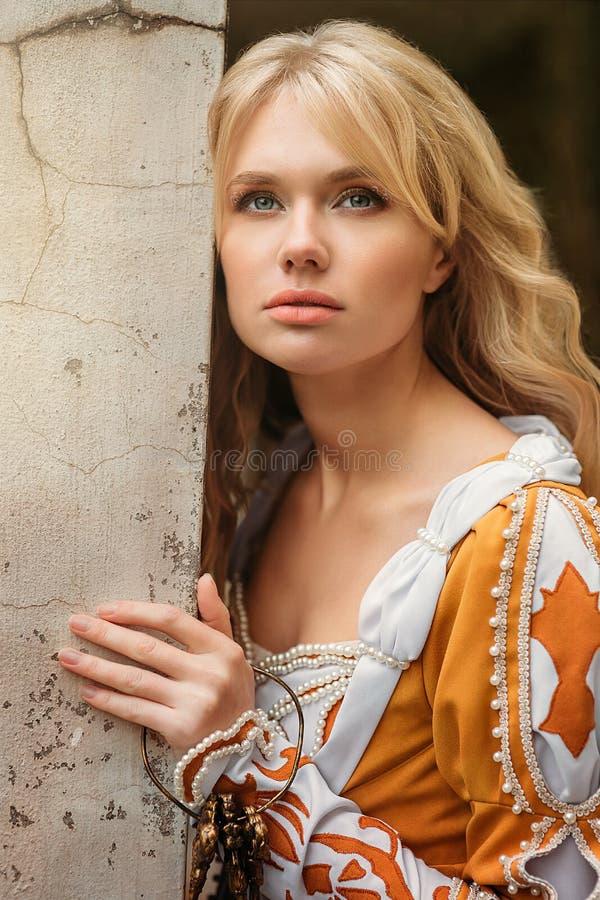 Mulher no vestido medieval fotos de stock royalty free