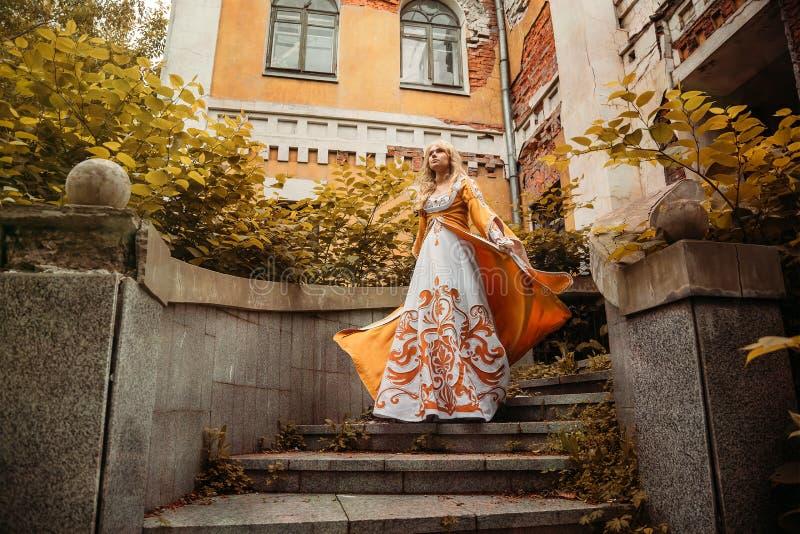Mulher no vestido medieval imagens de stock