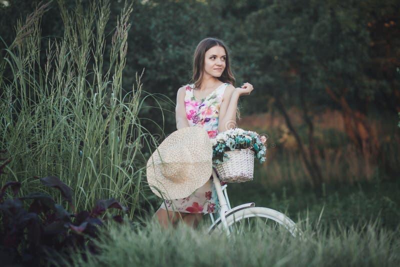 Mulher no vestido na bicicleta imagem de stock