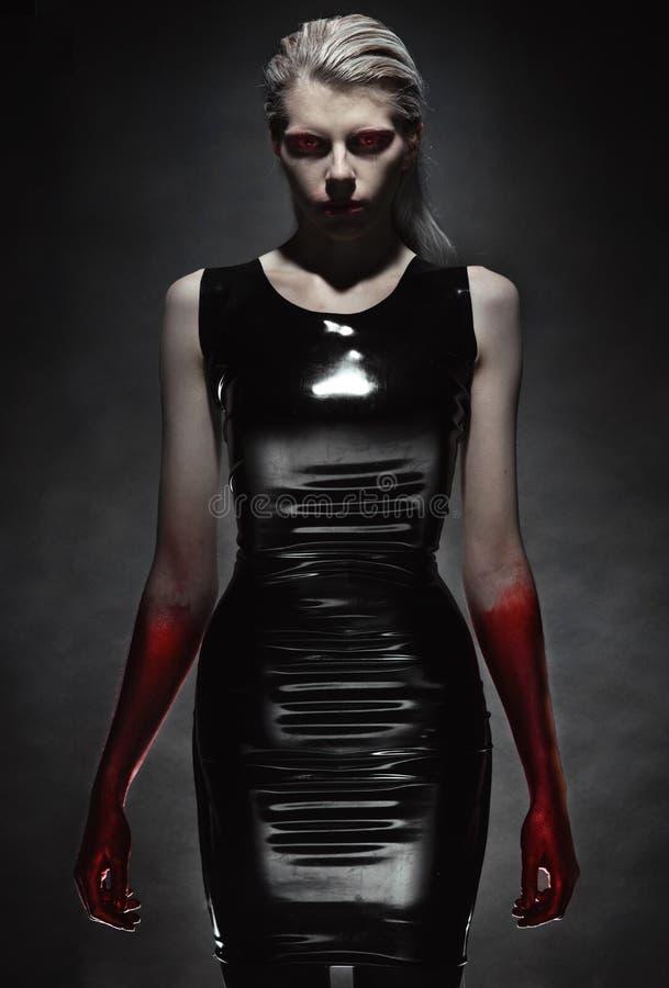 Mulher no vestido preto do látex imagens de stock royalty free