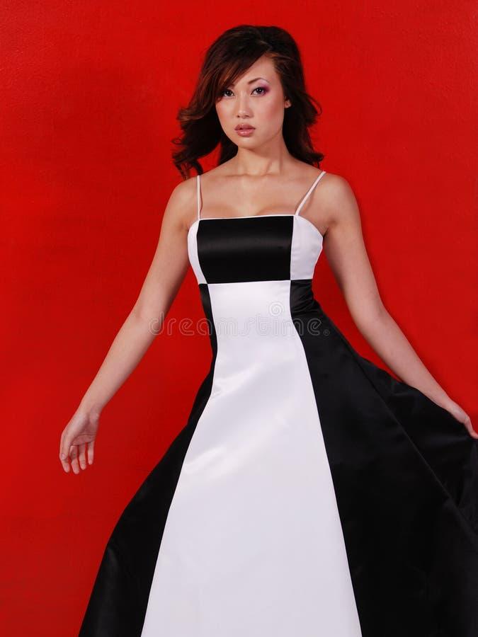 Mulher no vestido preto e branco imagem de stock