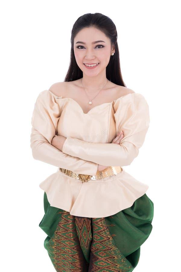 A mulher no vestido tradicional tailandês com seus braços cruzados isolou o fotografia de stock