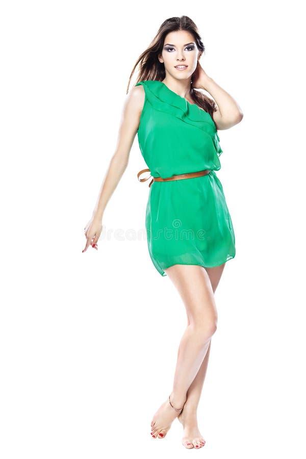 Mulher no vestido verde com os pés descalços imagens de stock