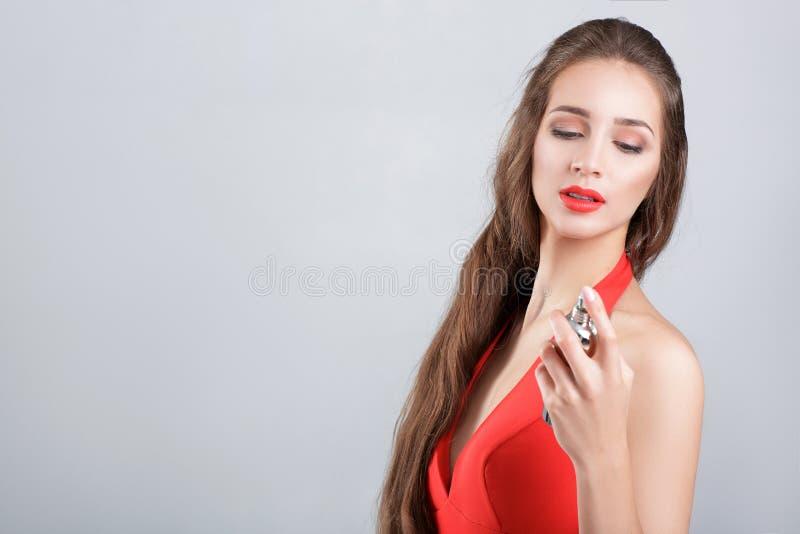 Mulher no vestido vermelho com perfume fotos de stock royalty free