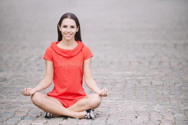 Download A Mulher No Vestido Vermelho Meditates Foto de Stock - Imagem de cabelo, glamour: 16867910