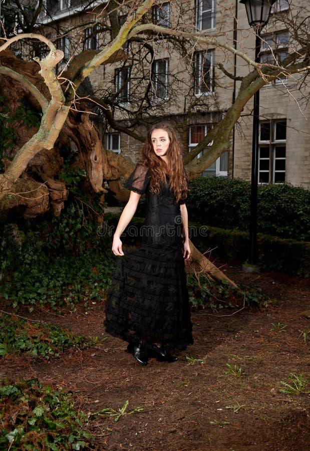 Mulher no vestido vitoriano no parque foto de stock royalty free