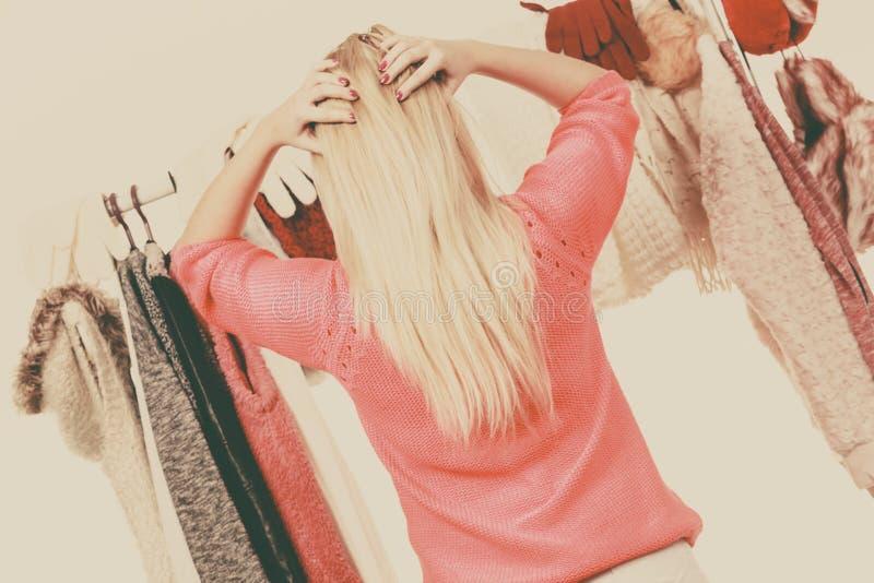 Mulher no vestuário que escolhe a roupa fotos de stock