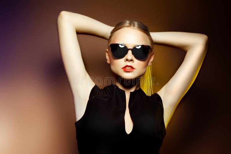 Mulher nos óculos de sol, tiro da fôrma do estúdio. Composição profissional fotos de stock