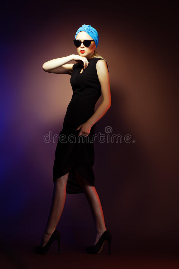 Mulher nos óculos de sol, tiro da fôrma do estúdio. Composição profissional fotografia de stock royalty free