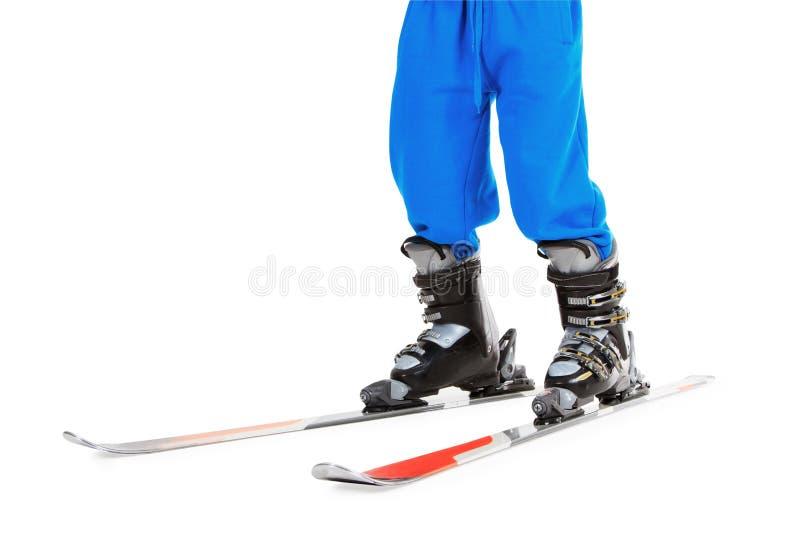 Mulher nos carregadores de esqui, estando em esquis foto de stock royalty free