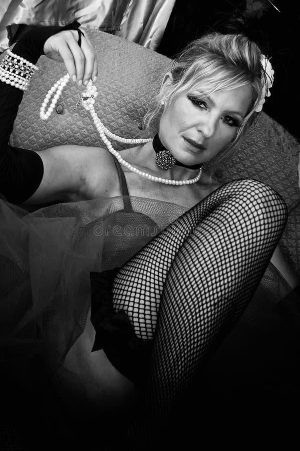 Mulher nos fishnets preto e branco imagens de stock