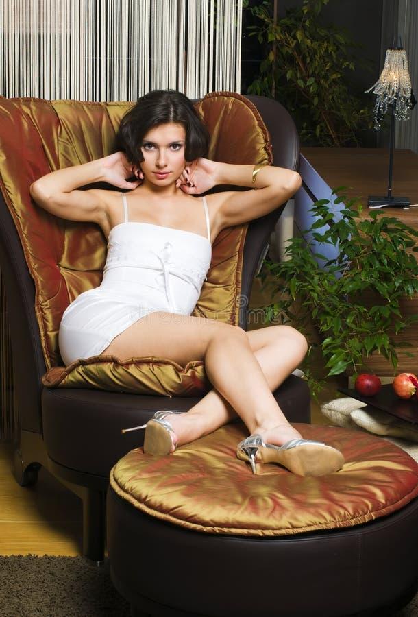 Mulher nos luxurios interiores fotografia de stock royalty free