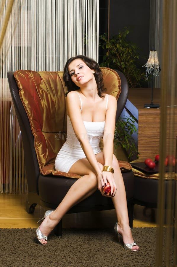 Mulher nos luxurios interiores imagem de stock royalty free