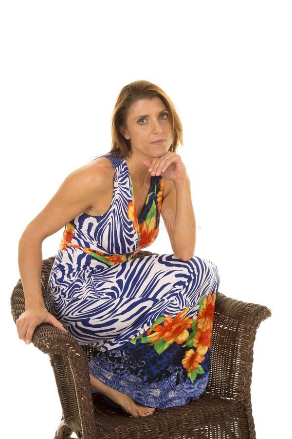 Mulher nos pés do vestido do hawaiin acima na cadeira imagens de stock royalty free
