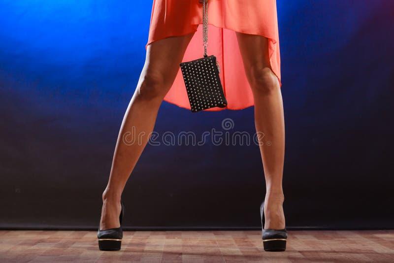A mulher nos saltos guarda a bolsa, clube do disco imagem de stock royalty free