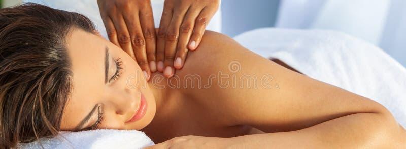 Mulher nos termas da saúde que têm o panorama exterior de relaxamento da massagem imagens de stock