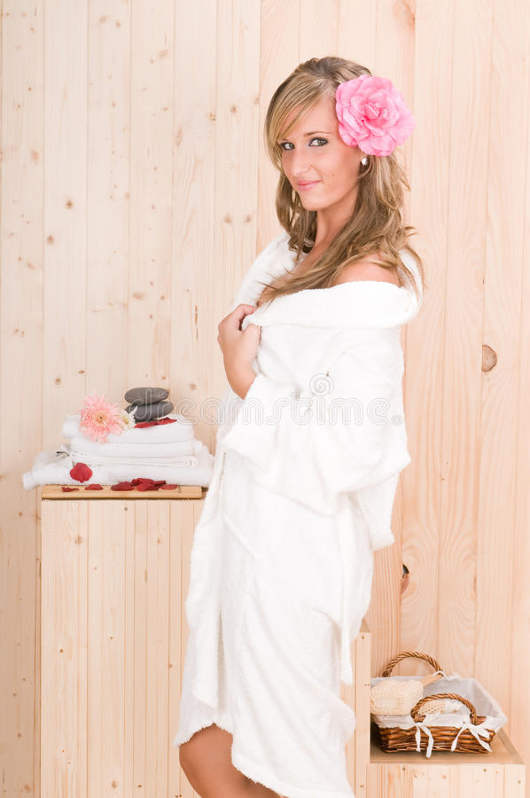A mulher nos termas relaxa o centro da massagem imagens de stock