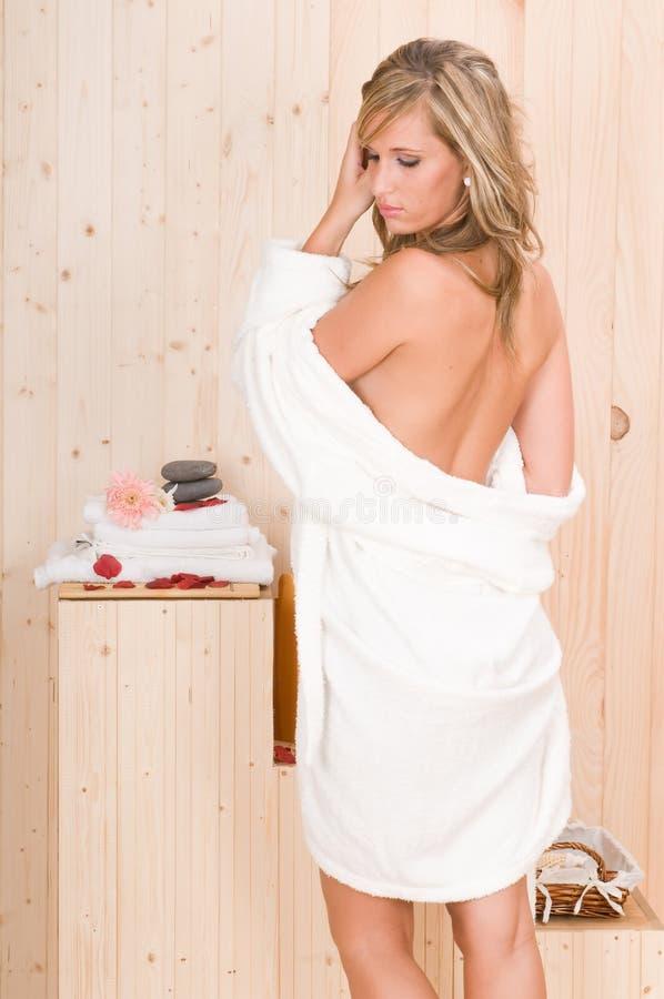 A mulher nos termas relaxa o centro da massagem fotos de stock