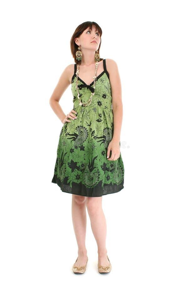 Mulher nova à moda no vestido verde do verão fotos de stock royalty free