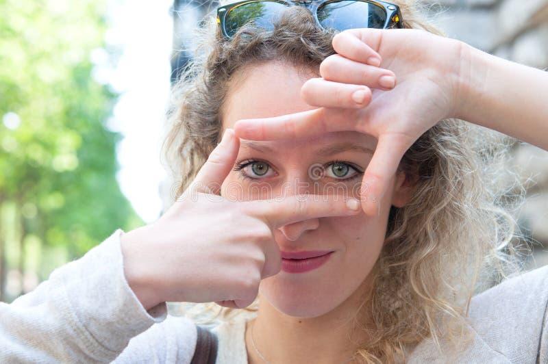 A mulher nova é vista focalizada fotos de stock royalty free