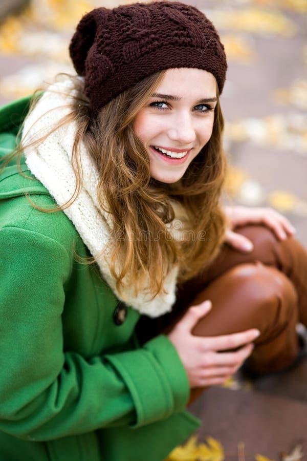Mulher nova ao ar livre, desgastando o chapéu de lã fotografia de stock royalty free