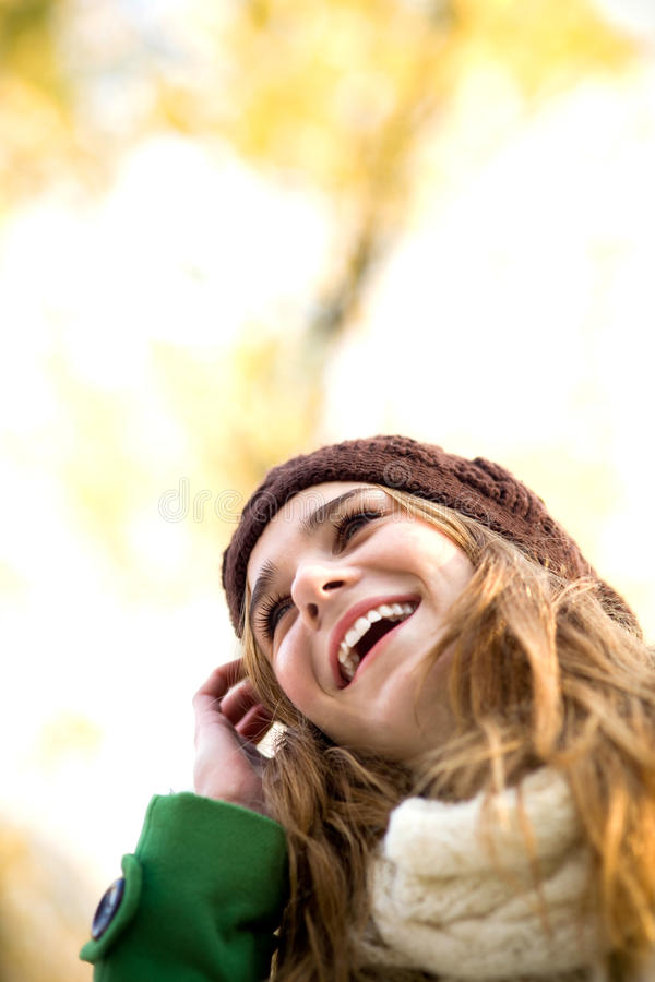 Mulher nova ao ar livre, desgastando o chapéu de lã imagem de stock royalty free