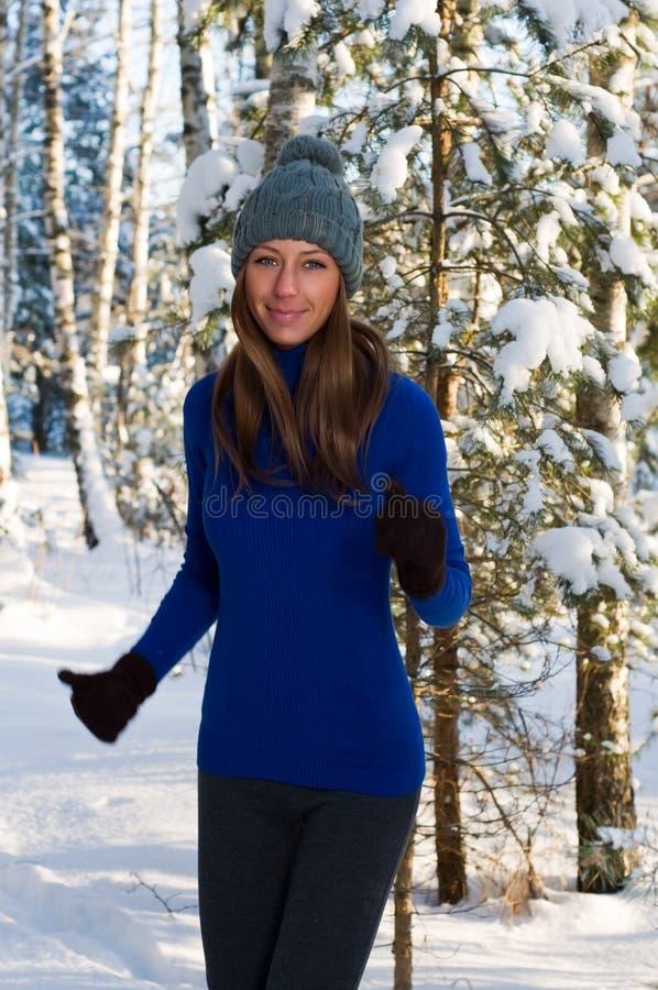 Mulher nova ao ar livre no inverno fotos de stock