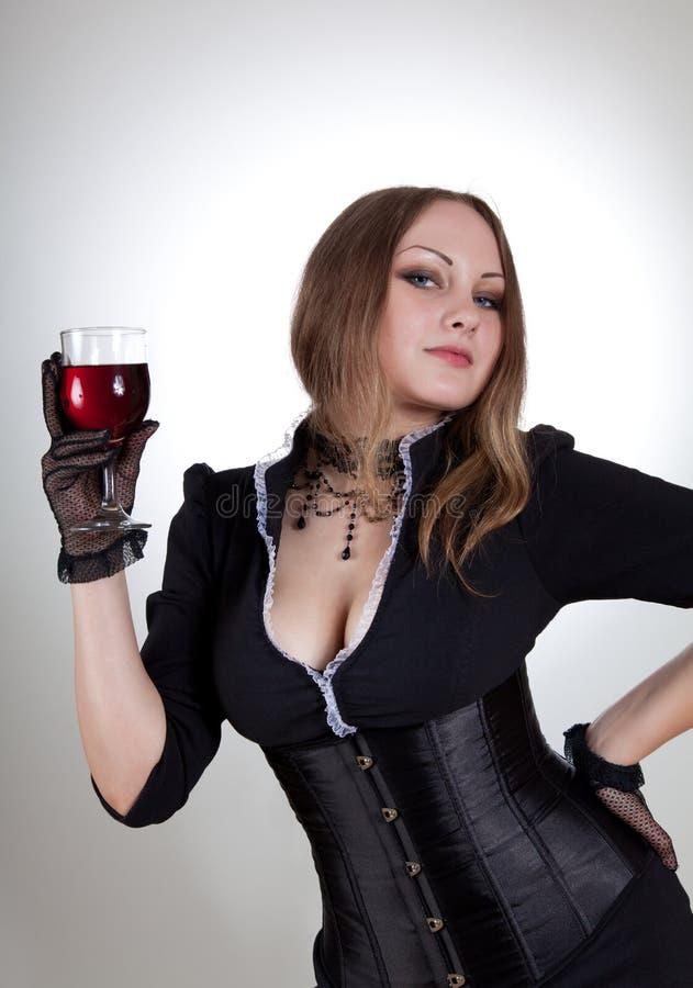 Mulher nova aristocrática com vinho vermelho imagens de stock royalty free