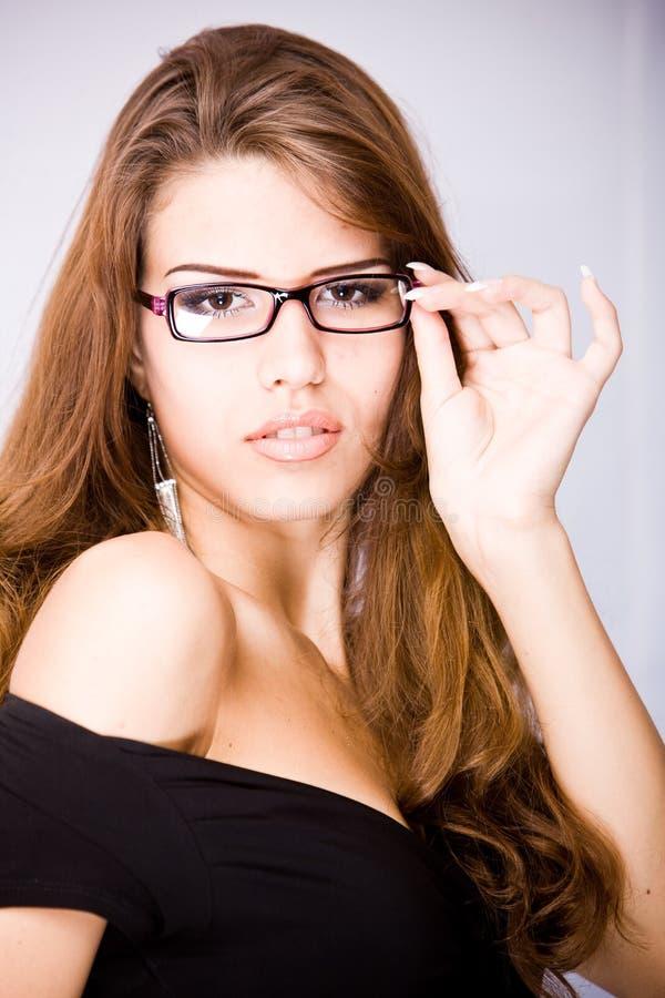 Mulher nova atrativa com cabelo marrom longo fotografia de stock royalty free