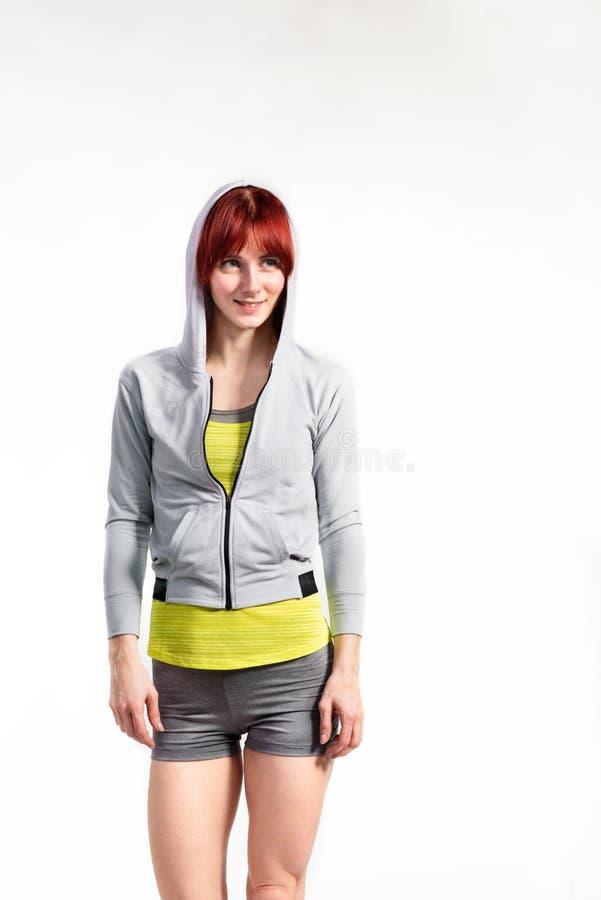Mulher nova atrativa da aptidão na camiseta cinzenta Tiro do estúdio imagens de stock