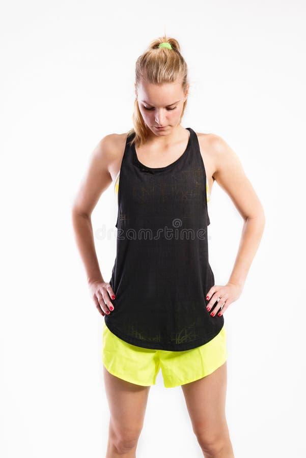 Mulher nova atrativa da aptidão na camiseta de alças preta Tiro do estúdio fotografia de stock